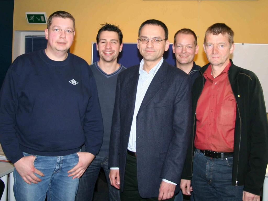 [von li. nach re.] Stefan Bassen (25 Jahre), Etienne Gruchmann (Jugendwart), Arno Gundlack (Vorsitzender), Hartmut Holsten (Kassenwart), Horst Hofmann (25 Jahre)